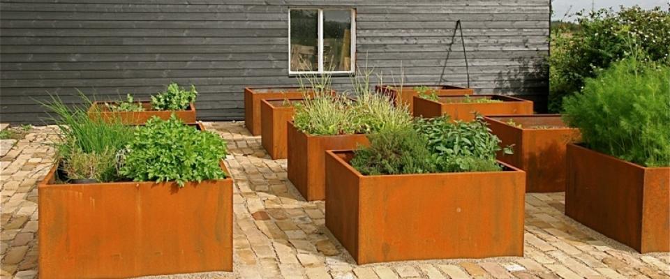 verschillende plantenbakken uit cortenstaal op terras