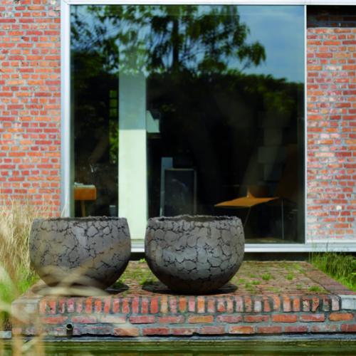 potten als objecten aan vijver donkergrijs