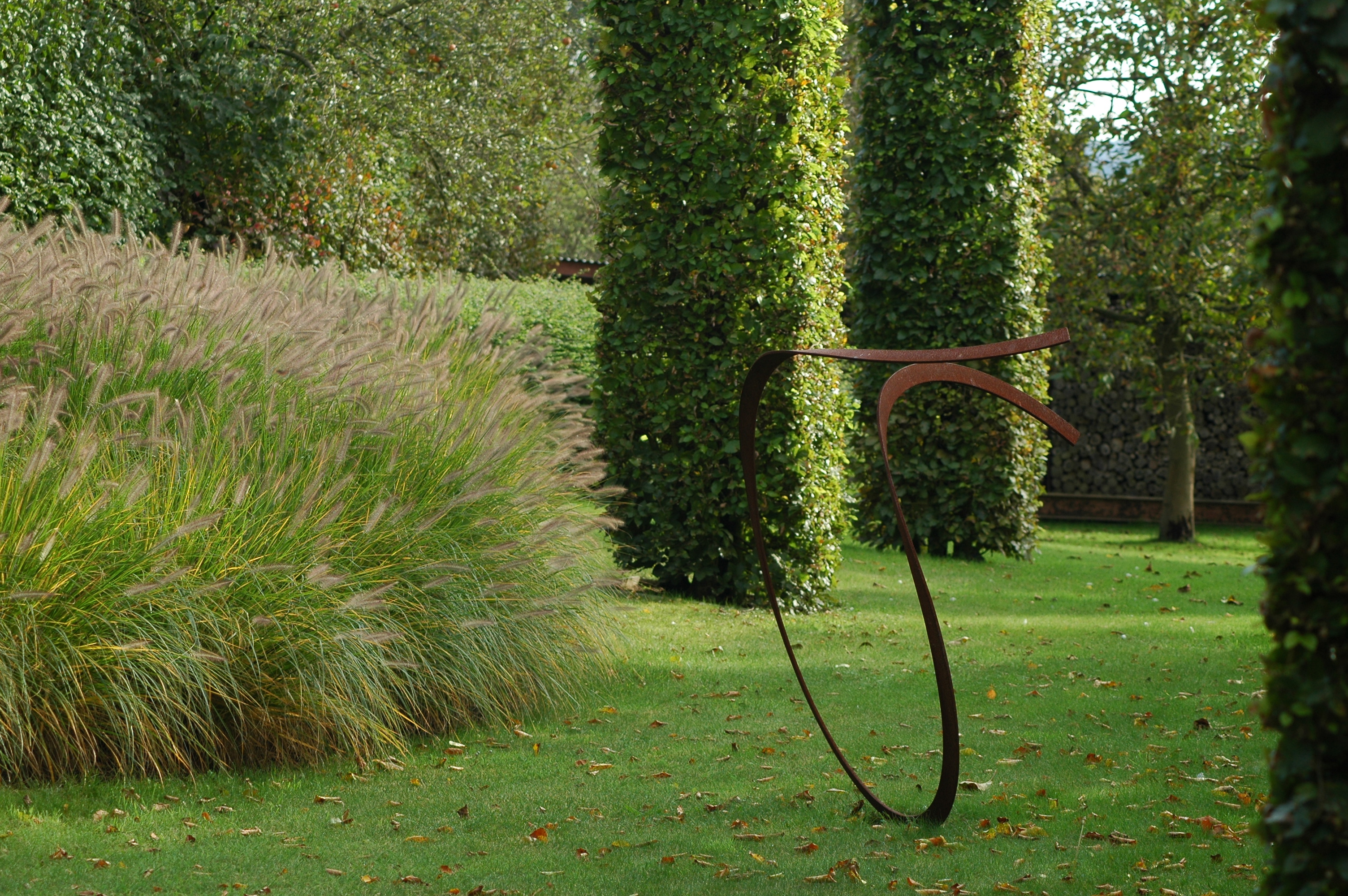 kunstobject uit ijzer in tuin