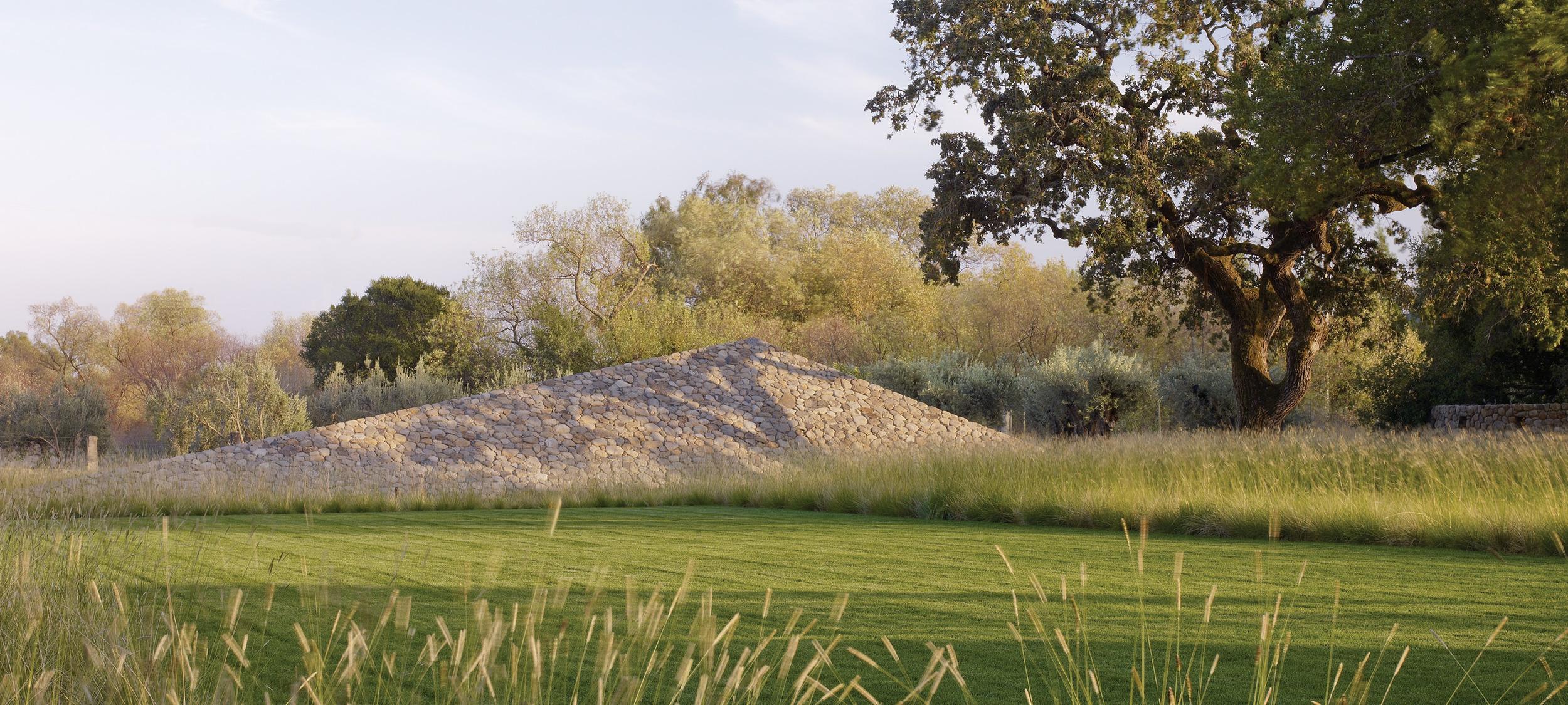 andrea cochran landschap met piramide uit ontgonnen gesteente